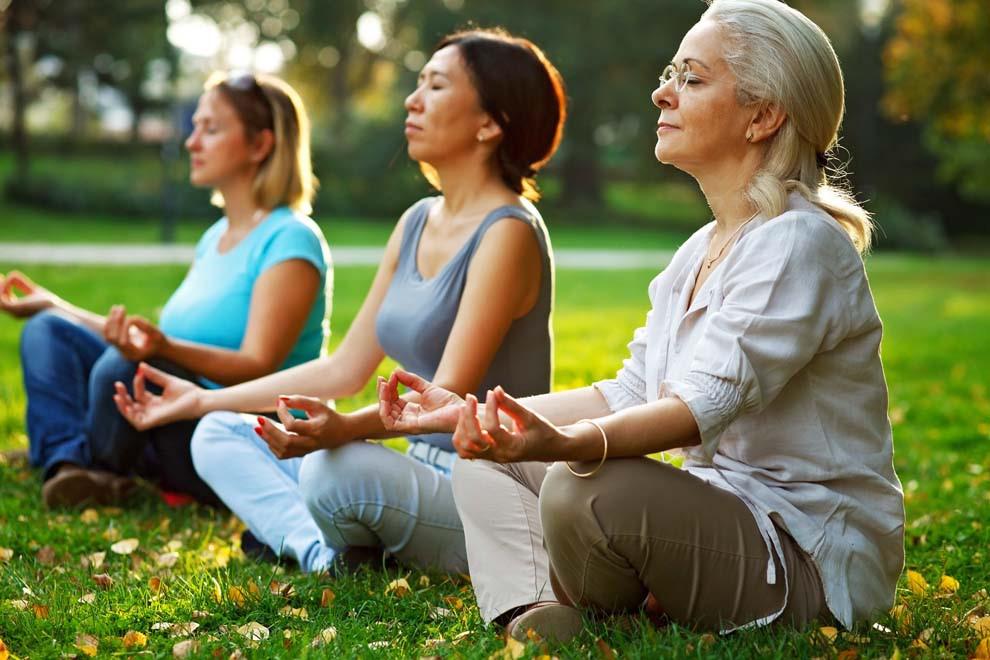 Benefícios da yoga na prevenção de danos do envelhecimento