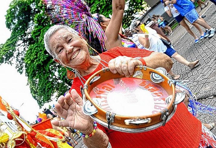 Com o Carnaval na alma, idosos devem curtir a folia com moderação